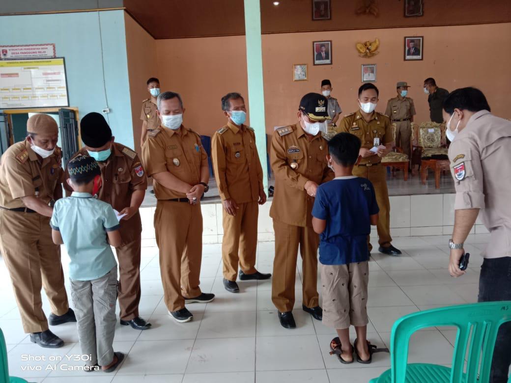 Penyerahan Bantuan Sosial Tunai (BST) Anak Yatim Desa Sidang Bandar Anom, Oleh Bupati Mesuji